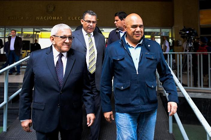 Venezuelan opposition spokesman of the Democratic Unity Roundtable (MUD) Jesus Torrealba (R), seen leaving the National Electoral Council in Caracas, on June 28, 2016 (AFP Photo/Federico Parra)