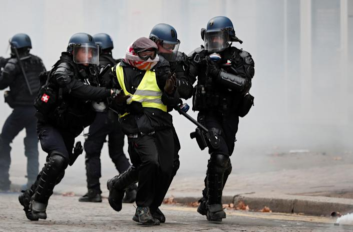 """French gendarmes apprehend a protester during clashes at a demonstration by the """"yellow vests"""" movement in Paris, France, Dec. 8, 2018. (Photo: Benoit Tessier/Reuters)"""