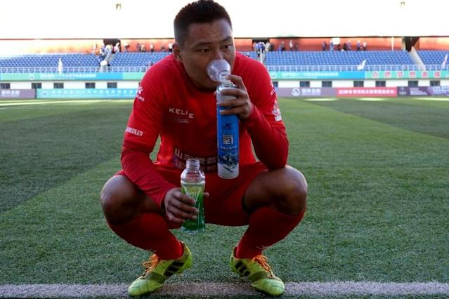 Footballers in Tibet have to use oxygen bottles during games (AFP Photo/STR)