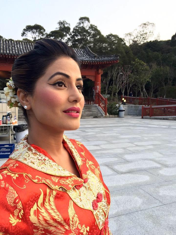 <p>The soap has been running since 2009, and has seen its the inevitable ups and downs in TRP. But Hina Khan's paycheck has seen nothing but raises after raises. Getting younger by the hour, the lead actress secures a handsome check of 1 to 1.25 lakh for every episode. </p>