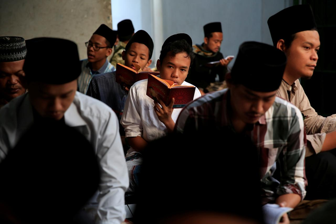 <p>Students read Islamic scriptures during the holy month of Ramadan at Lirboyo Islamic boarding school in Kediri, Indonesia, May 19, 2018. (Photo: Beawiharta/Reuters) </p>