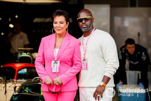 "Kris Jenner y Corey Gamble <span class=""copyright"">Joe Portlock / Motorsport Images</span>"
