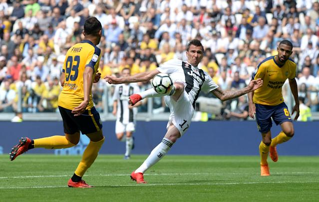 Soccer Football - Serie A - Juventus vs Hellas Verona - Allianz Stadium, Turin, Italy - May 19, 2018 Juventus' Mario Mandzukic has a shot at goal REUTERS/Massimo Pinca