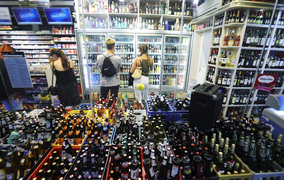 Tourists buy drinks at a store on Schoenhauser Allee street in Berlin, Germany. Photo: Hannibal Hanschke/Reuters