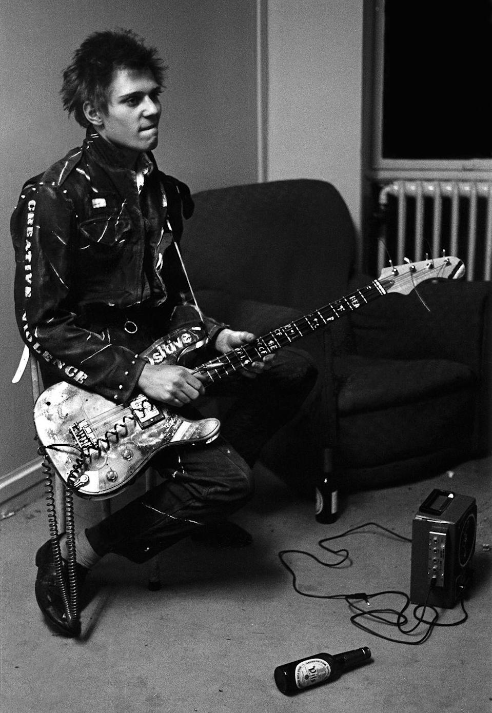 <p>Bassist Paul Simonon of British punk group The Clash, backstage at a concert at the Royal College of Art (RCA), London, November 5, 1976.</p>