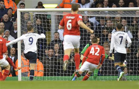 Tottenham Hotspur's Roberto Soldado (L) scores against Cardiff City during their English Premier League soccer match at White Hart Lane in London, March 2, 2014. REUTERS/Toby Melville