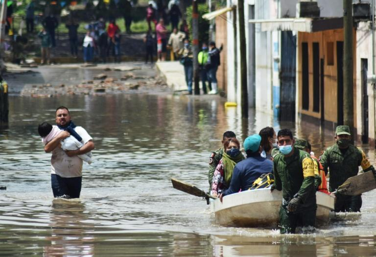 Members of the Mexican armed forces evacuate hospital patients in the flood-hit town of Tula (AFP/FRANCISCO VILLEDA)