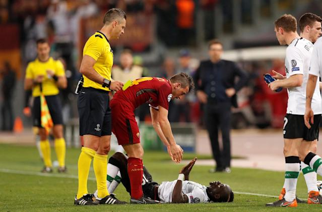 Soccer Football - Champions League Semi Final Second Leg - AS Roma v Liverpool - Stadio Olimpico, Rome, Italy - May 2, 2018 Roma's Alessandro Florenzi is shown a yellow card by referee Damir Skomina after fouling Liverpool's Sadio Mane Action Images via Reuters/John Sibley