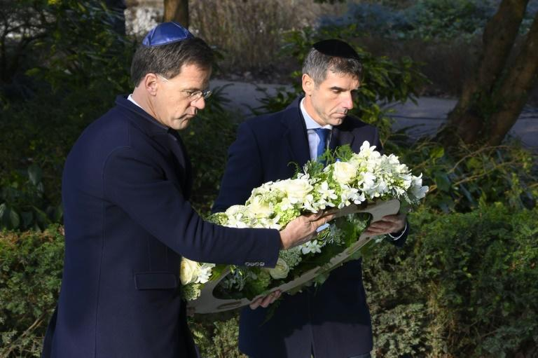Prime Minister Marke Rutte (l) laid a wreath at the Auschwitw Never Again monument during the ceremony in Amsterdam (AFP Photo/-)