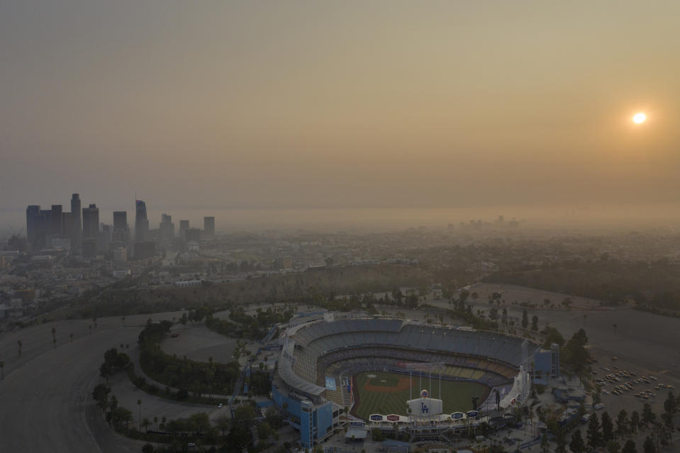 Can face masks that help protect against COVID-19 also protect you from fire smoke?  (Photo: Allen J. Schaben / Los Angeles Times via Getty Images)