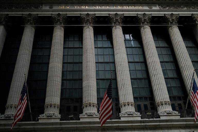 Des drapeaux américains flottent devant le New York Stock Exchange (NYSE) à Wall Street (New York), le 20 juillet 2020