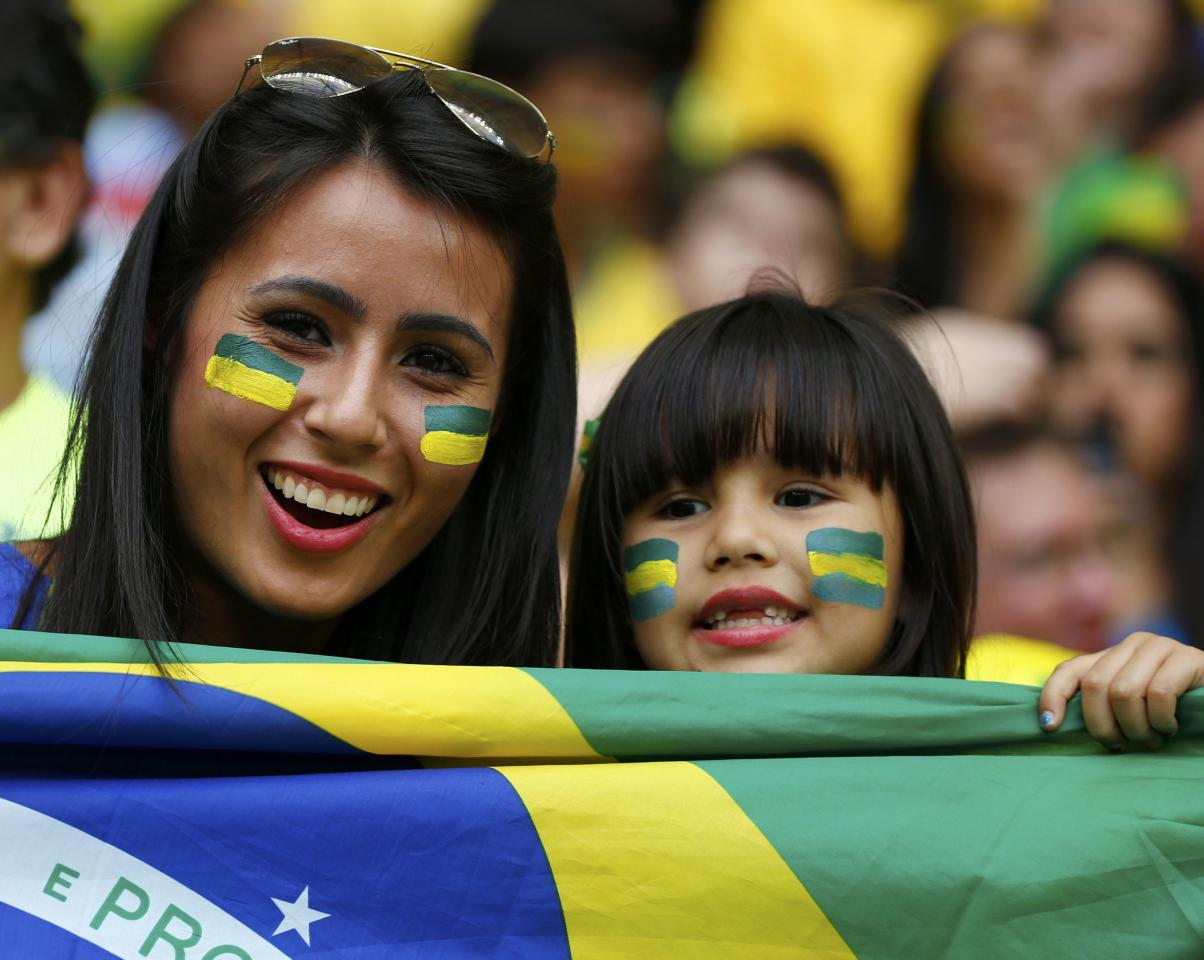 Brazil supporters wait for the start of the 2014 World Cup Group A soccer match against Cameroon at the Brasilia national stadium in Brasilia June 23, 2014. REUTERS/Michael Dalder (BRAZIL - Tags: SOCCER SPORT WORLD CUP)