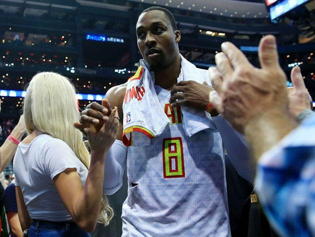 """<a class=""""link rapid-noclick-resp"""" href=""""/nba/players/3818/"""" data-ylk=""""slk:Dwight Howard"""">Dwight Howard</a> leaves the court. (Getty Images)"""