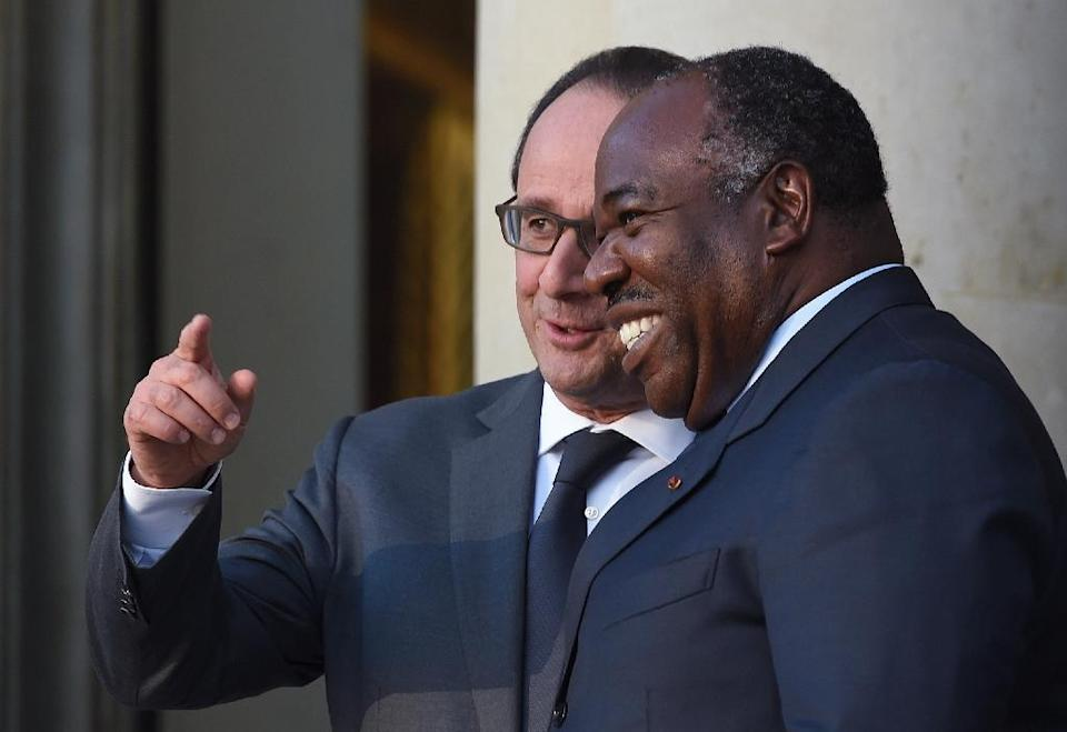 A French court on November 12 allowed a family member to view the full birth certificate of Gabon's President Ali Bongo Ondimba (R), pictured November 10, 2015 with French President Francois Hollande (L), amid a dispute over Ali Bongo's birthplace (AFP Photo/Stephane de Sakutin)