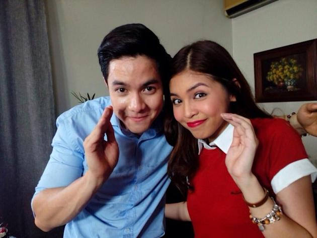 AlDub send out a Pabebe wave to their fans. (Global Voices)