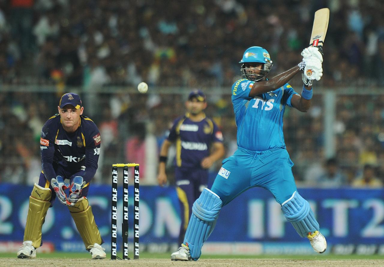 Pune Warriors India batsman Angelo Mathews (R) is watched by Kolkata Knight Riders wicketkeeper Brendon McCullum as he  plays a shot during the IPL Twenty20 cricket match between Kolkata Knight Riders and Pune Warriors India at The Eden Gardens in Kolkata on May 5, 2012.  RESTRICTED TO EDITORIAL USE. MOBILE USE WITHIN NEWS PACKAGE.  AFP PHOTO/Dibyangshu SARKAR        (Photo credit should read DIBYANGSHU SARKAR/AFP/GettyImages)