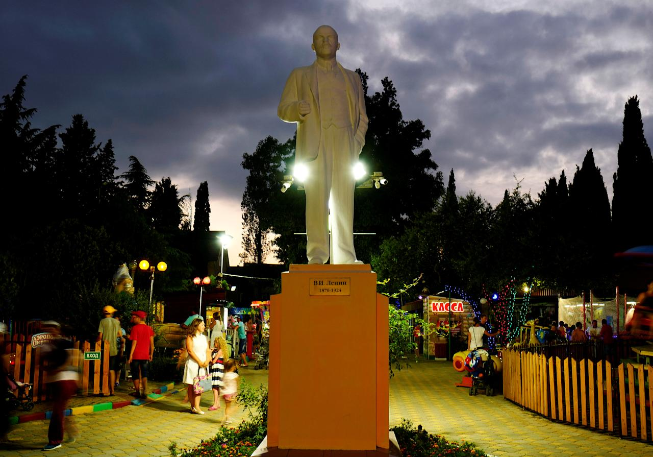 A statue of Lenin is seen on a fairground at the sea front of Adler in Sochi, Russia, June 30, 2017. Picture taken June 30, 2017.   REUTERS/Kai Pfaffenbach
