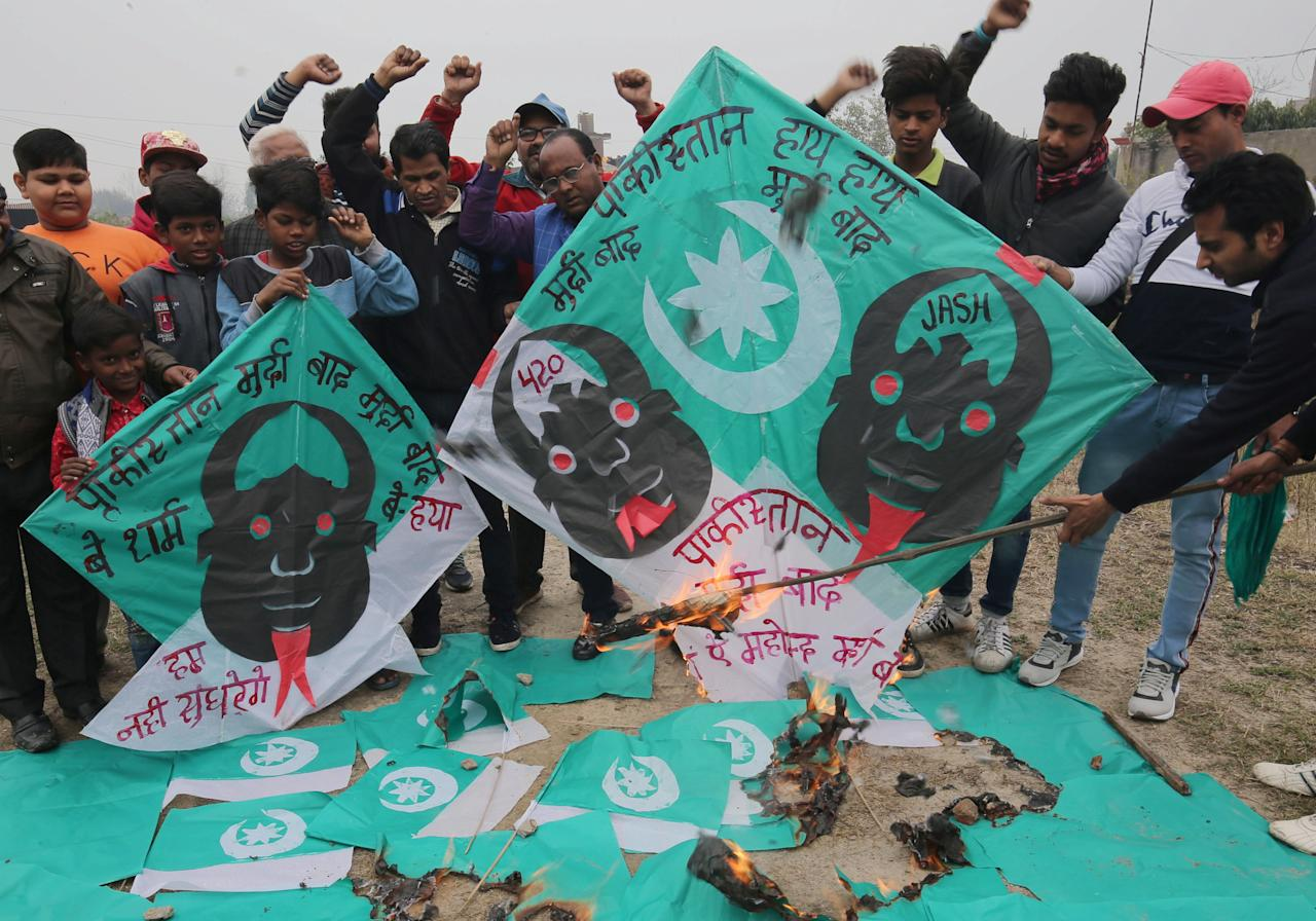 Amritsar (India), 17/02/2019.- Indian people shout anti-Pakistan slogans as they burn Pakistani flags and kites made by kite maker Jagmohan Kanojia (C-wearing specs), with slogans against Pakistan painted on them during a protest against the killing of Central Reserve Police Force (CRPF) personnel in Pulwama, in Amritsar, India, 17 February 2019. At least 44 Indian paramilitary Central Reserve Police Force personnel were killed and several injured when a Jaish-e-Mohammed militant rammed an explosive-laden vehicle into a CRPF convoy along Srinagar-Jammu highway at Lethpora area in south Kashmir's Pulwama district on 14 February 2019, according local media reports. (Atentado, Protestas) EFE/EPA/RAMINDER PAL SINGH