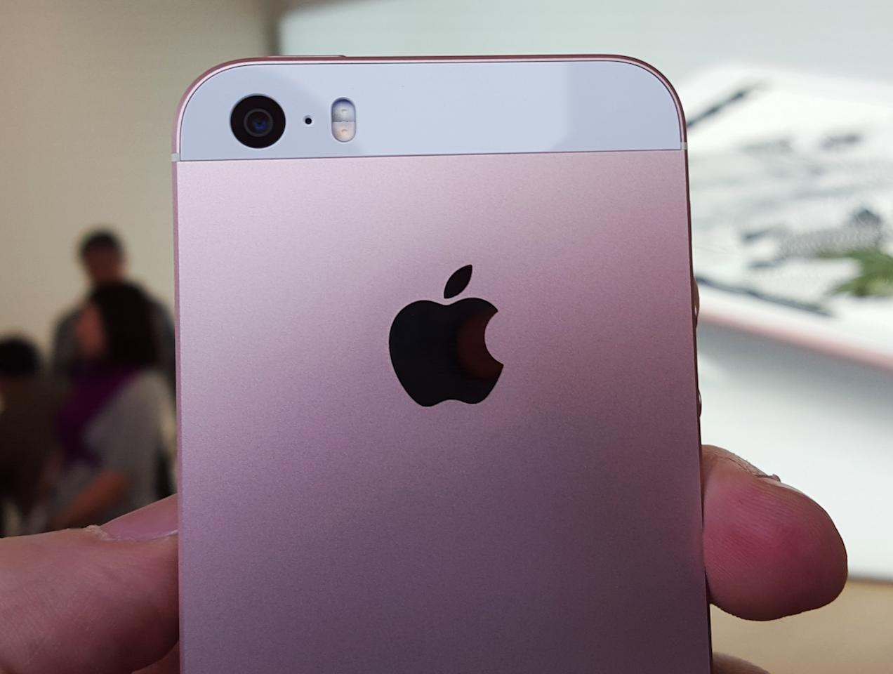 <p>The SE also packs the iPhone 6s's same 12MP iSight camera.</p>