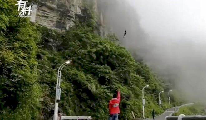 Wan Tiandi bungee jumps off the cliff every lunchtime. Photo: Weibo