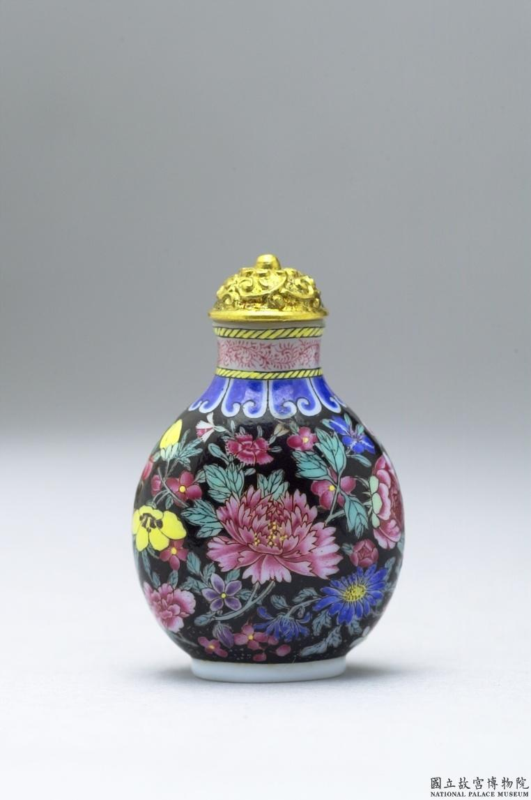 <p>清 乾隆 玻璃胎畫琺瑯黑地百花錦鼻煙壺 | Glass-body painted enamel snuff bottle with a filled floral design on a black background, Qianlong reign (1735-1796), Qing dynasty (Courtesy of NPM)</p>