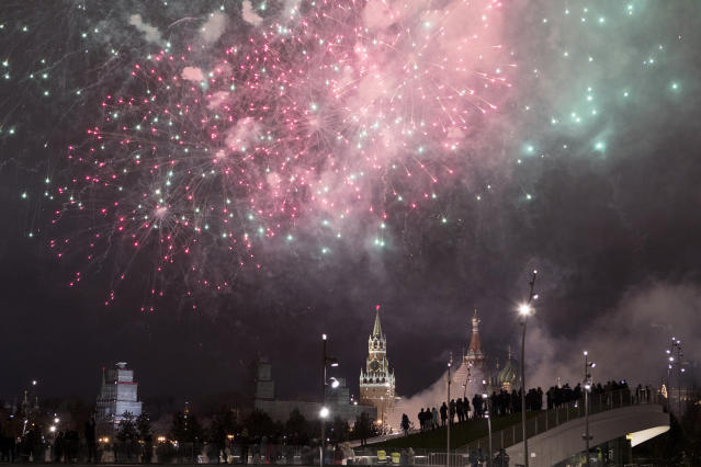 <p>Fireworks explode over the Kremlin, during New Year celebrations in Moscow, Russia, Monday, Jan. 1, 2018. New Year is Russia's major gift-giving holiday. (Photo: Denis Tyrin/AP) </p>