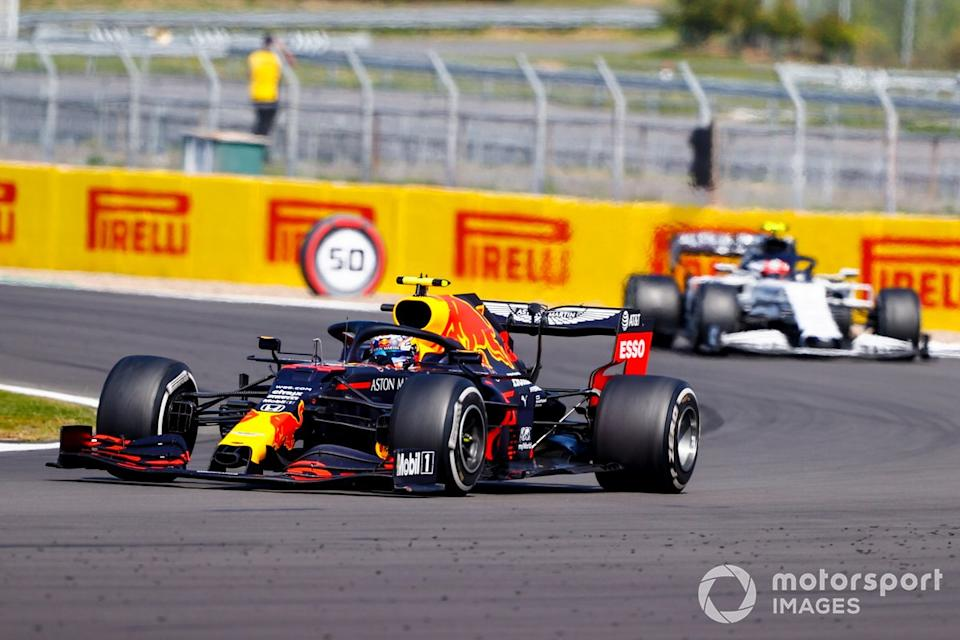 """Alex Albon, Red Bull Racing RB16, Pierre Gasly, AlphaTauri AT01<span class=""""copyright"""">Andy Hone / Motorsport Images</span>"""