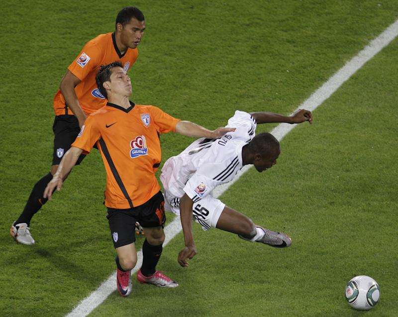 TP Mazembe Englebert's Stopilla Sunzu, right, is challenged by  Francisco Torres of Club de Futbol Pachuca during their FIFA Club World Cup qualifying soccer match at the Mohammed Bin Zayed Stadium in Abu Dhabi, UAE, Friday Dec. 10, 2010. (AP Photo/Kamran Jebreili)