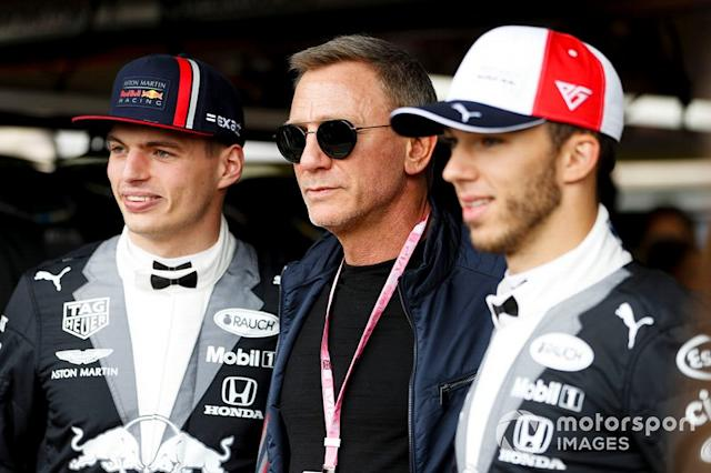 "Max Verstappen, Red Bull Racing, el actor Daniel Craig, y Pierre Gasly, Red Bull Racing <span class=""copyright"">Zak Mauger / Motorsport Images</span>"