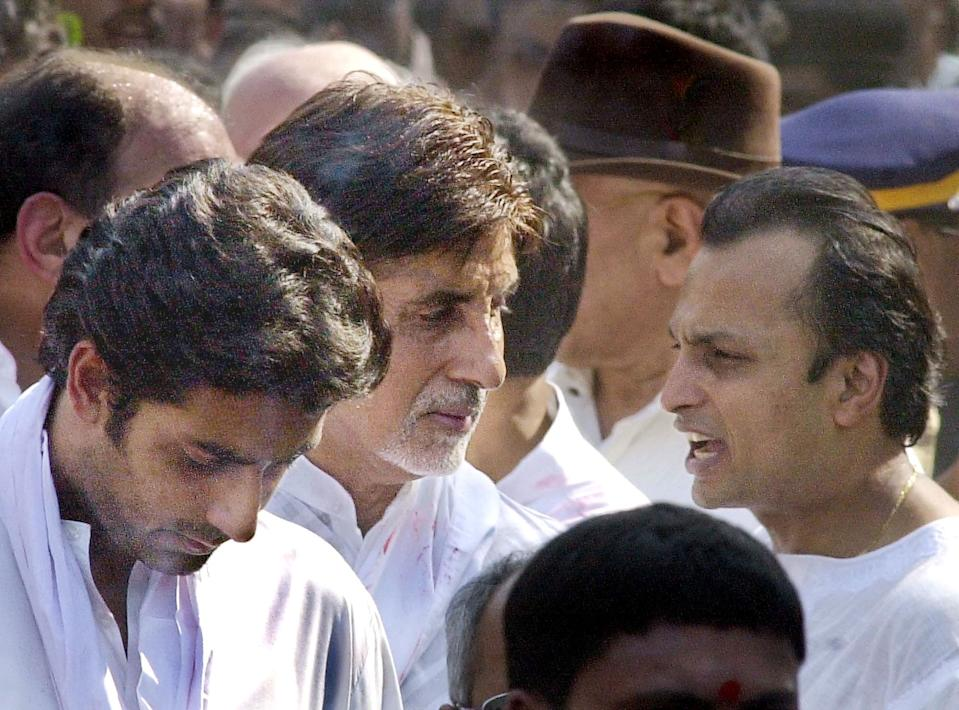 Industralist Anil Ambani (R) offers his condolences to Bollywood star Amitabh Bachchan (C) and his son Abishek Bachchan (L) during the funeral of Amitabh's father Harivanshrai Bachchan in Bombay, 19 January 2003. Harivanshrai, 96, died overnight after a prolonged illness. AFP PHOTO/Sebastian D'SOUZA