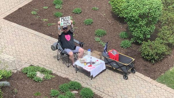 PHOTO: Robert Conlin, of Chicago, has been cheering on his pregnant wife Shona Moeller from outside the hospital due to COVID-19 restrictions. (Robert Conlin)