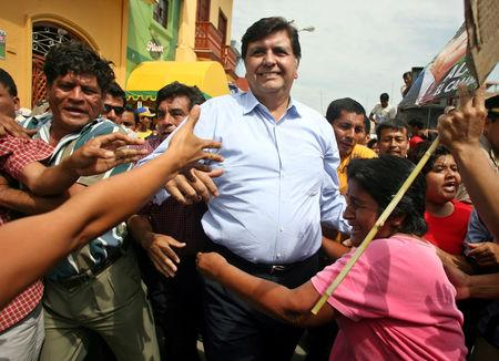 FILE PHOTO: Peruvian presidential candidate Alan Garcia (C) greets supporters during a campaign rally in Catacaos, Piura, Peru May 30, 2006. REUTERS/Mariana Bazo/File Photo