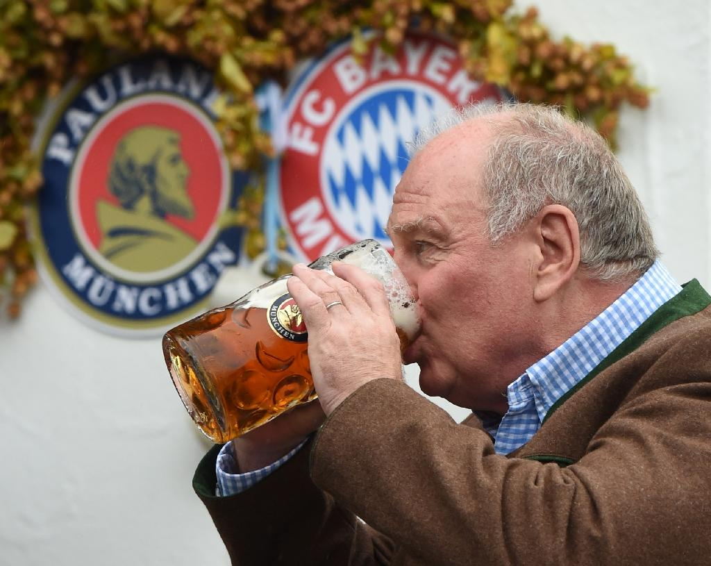 Former President of FC Bayern Munich Uli Hoeness drinks beer during the traditional visit of FC Bayern Munich at the beer festival Oktoberfest in Munich, southern Germany, on October 2, 2016 (AFP Photo/Christof Stache)