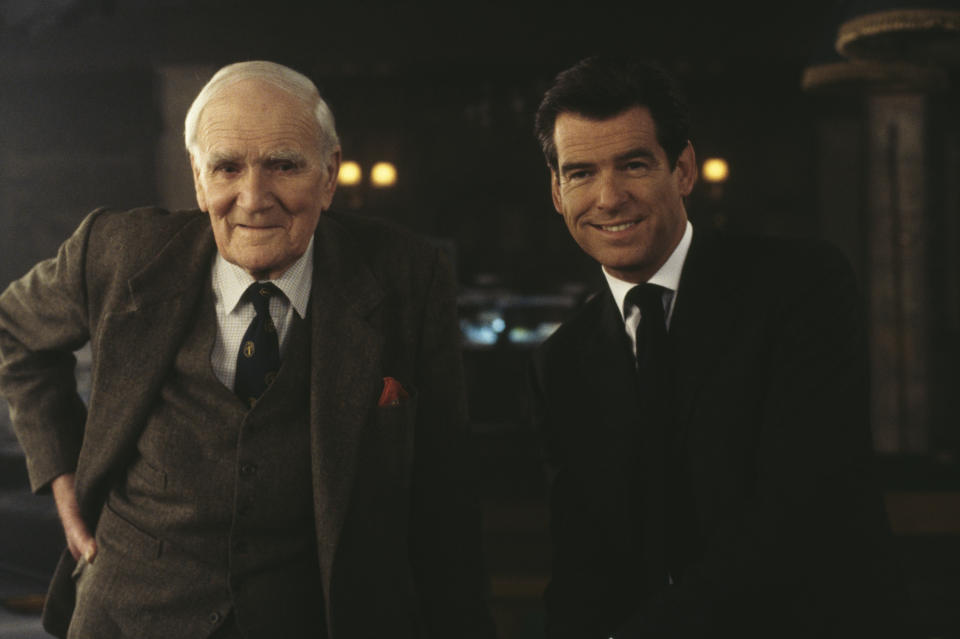Irish actor Pierce Brosnan as 007 and Welsh actor Desmond Llewelyn (1914 - 1999) as Q, in a scene from the James Bond film 'The World Is Not Enough', 1999. (Photo by Keith Hamshere/Getty Images)