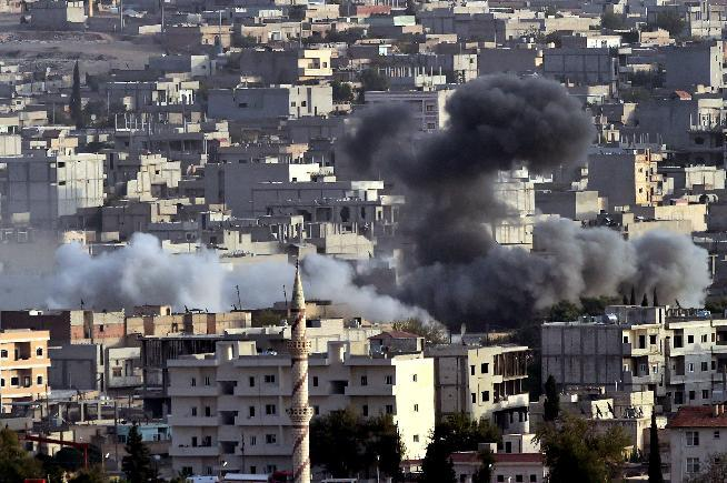 Smoke from an airstrike by the US-led coalition acsends in the Syrian town of Ain al-Arab, known as Kobane by the Kurds, on October 13, 2014 (AFP Photo/Aris Messinis)