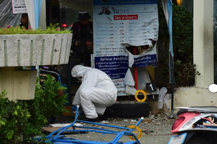 Thai forensic specialists collect evidence from the crime scene after a bomb exploded in the tourist town of Hua Hin on August 12, 2016 (AFP Photo/Munir Uz Zaman)