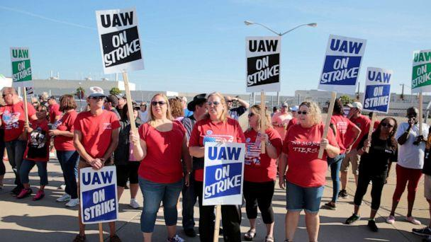 PHOTO: General Motors assembly workers picket outside the shuttered Lordstown Assembly plant during the United Auto Workers (UAW) national strike in Lordstown, Ohio, Sept. 20, 2019. (Rebecca Cook/Reuters)