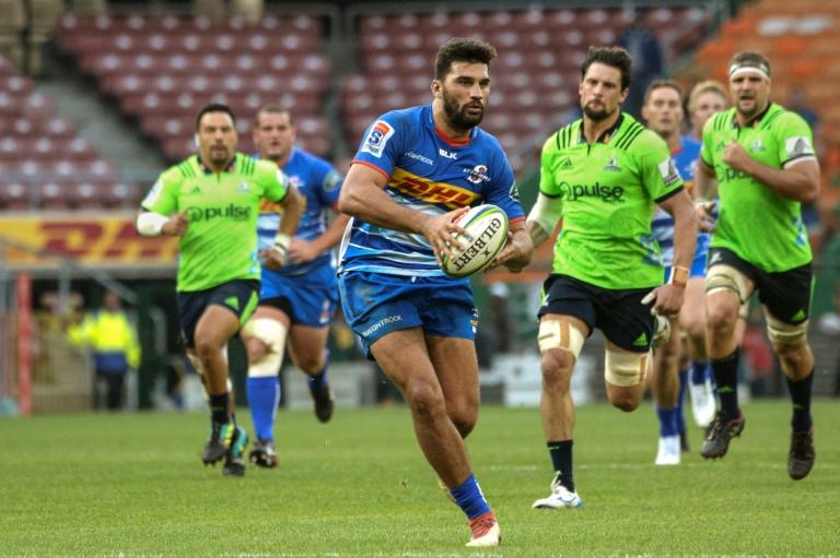 Stormers inside centre Damian de Allende (C) takes on the Highlanders defence