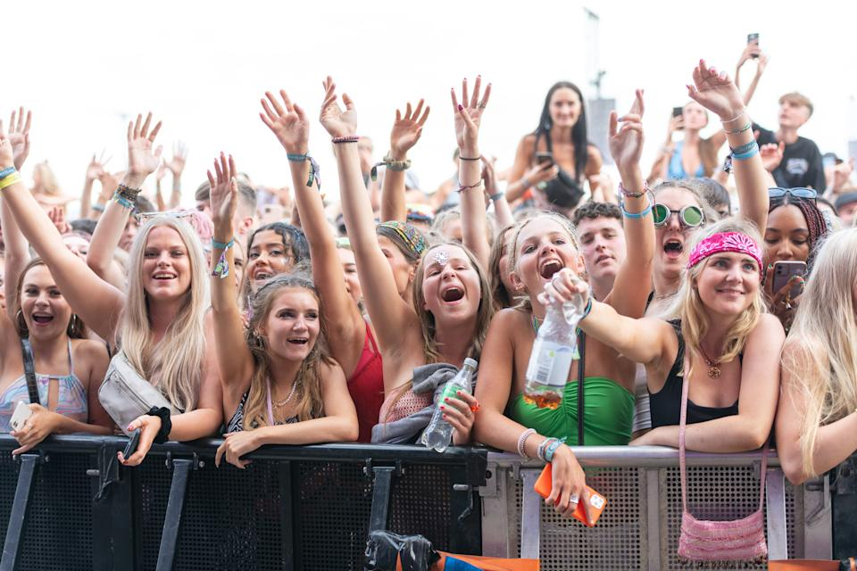 READING, ENGLAND - AUGUST 28:  (EDITORIAL USE ONLY) General view of the crowd watching Becky Hill perform during Reading Festival 2021 at Richfield Avenue on August 28, 2021 in Reading, England.  (Photo by Joseph Okpako/WireImage)