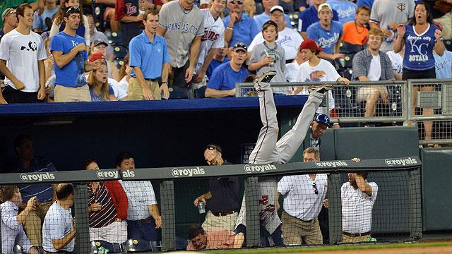 Trevor Plouffe flips over rail to make incredible catch