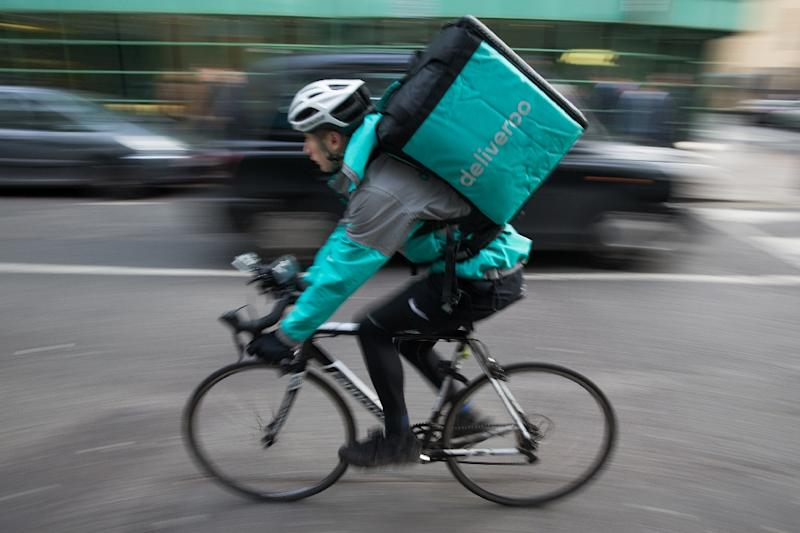 Restaurant food delivery company Deliveroo employee, Billy Shannon bikes at work in north London November 17, 2016 (AFP Photo/Daniel Leal-Olivas)