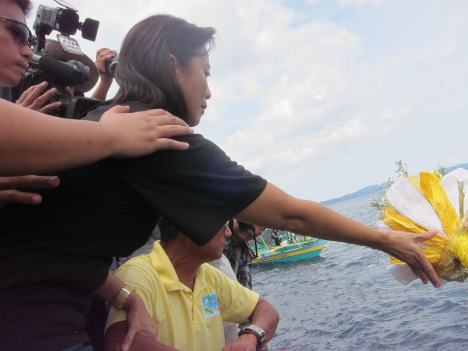 Leni Robredo lays a wreath on the crash site. An underwater marker commemorates the place where Jesse Robredo's plane was found.