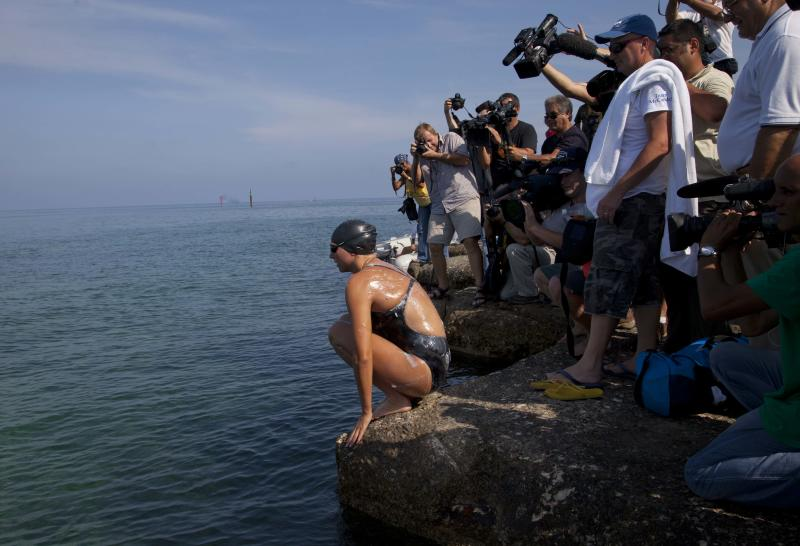 Australian swimmer Chloe McCardel prepares to jump into the water as members of the media surround her at Hemingway Marina to start her swim to Florida from Havana, Cuba, Wednesday, June 12, 2013. McCardel, 29, is bidding to become the first person to make the Straits of Florida crossing without the protection of a shark cage. American Diana Nyad and Australian Penny Palfrey have attempted the crossing four times between them since 2011, but each time threw in the towel part way through due to injury, jellyfish stings or strong currents. Australian Susie Maroney did it in 1997, but with a shark cage. (AP Photo / Ramon Espinosa)