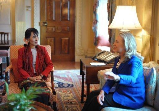 Aung San Suu Kyi (L) meets with US Secretary of State Hillary Clinton September 18, 2012 at the State Department in Washington, DC. The Nobel Peace Prize laureate is making her first visit to the US in 20 years