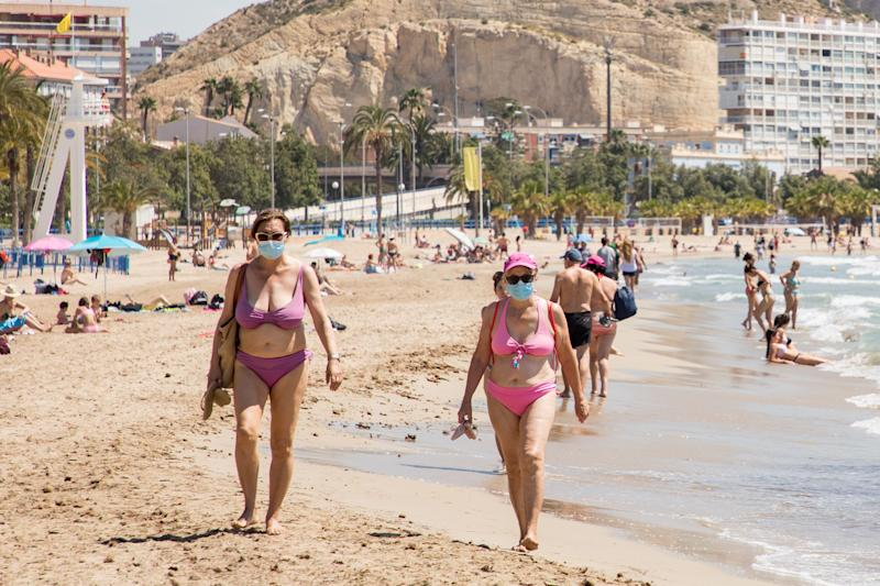 Dos mujeres caminan por Alicante (Photo: Europa Press News via Getty Images)