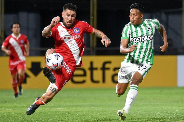 Argentina's Argentinos Juniors Jonathan Gomez (L) and Colombia's Atletico Nacional Sebastian Gomez vie for the ball during the Copa Libertadores football tournament group stage match at the Manuel Ferreira Stadium in Asuncion, Paraguay, on May 6, 2021. (Photo by DANIEL DUARTE / AFP)