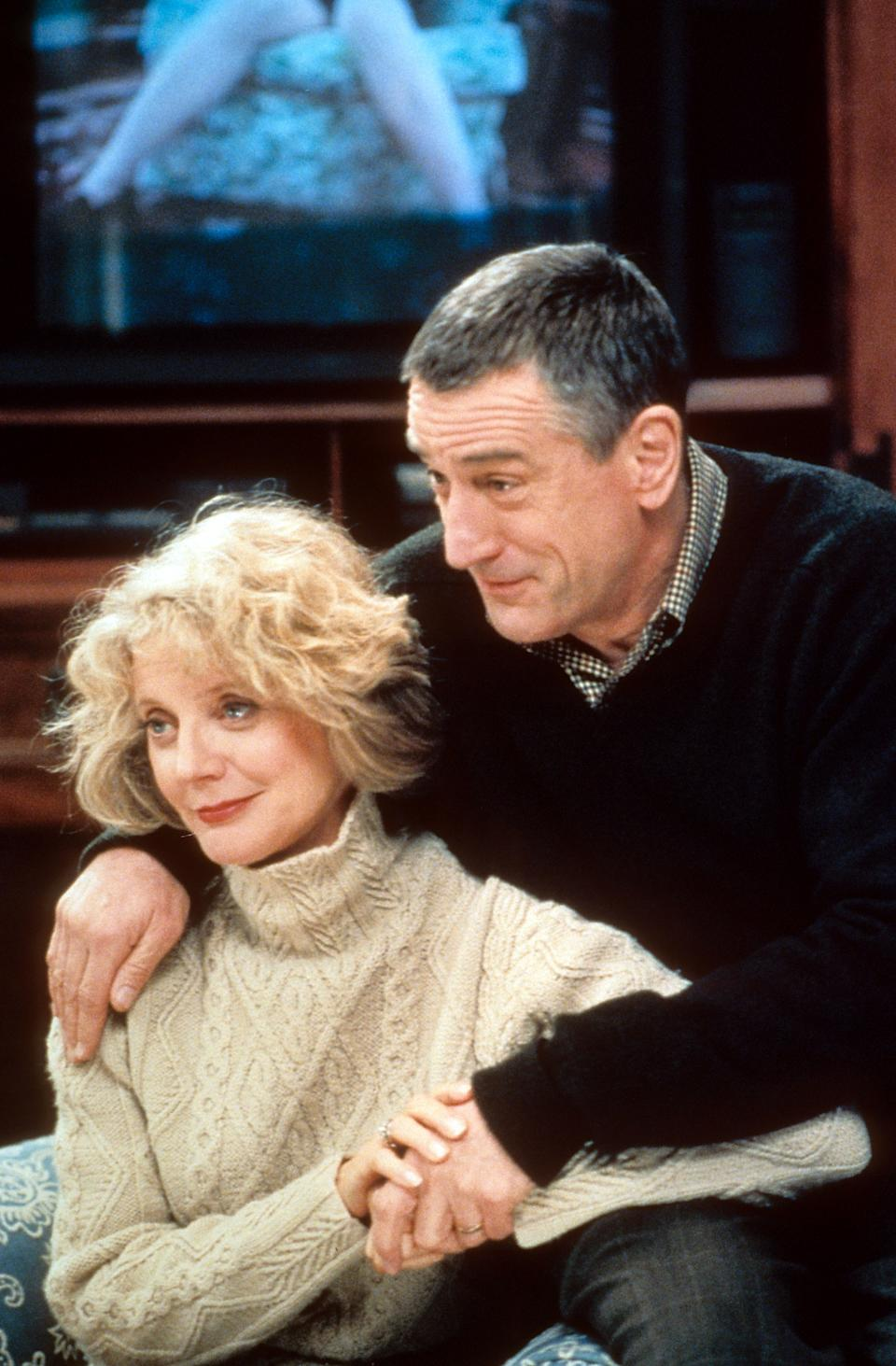 Blythe Danner sitting with Robert De Niro in a scene from the film 'Meet The Parents', 2000. (Photo by Universal/Getty Images)