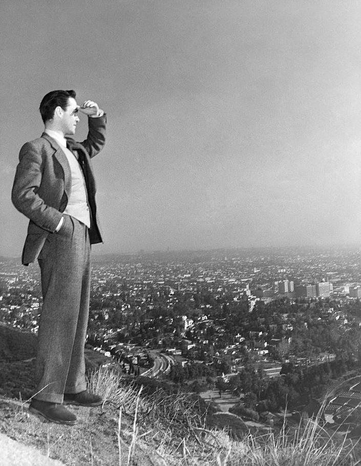<p>Richard Todd is looking out beyond Hollywood Hills, and we can't blame him. That same year, he starred in the film <em>The Dam Busters</em>. </p>