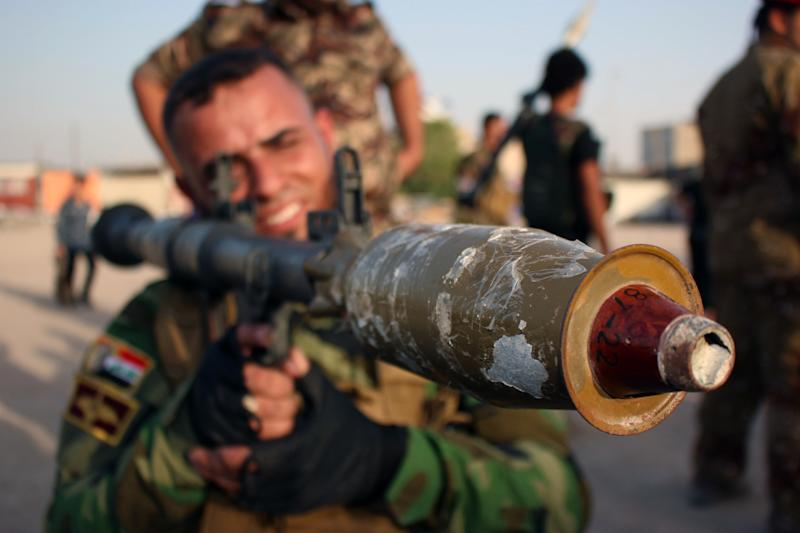 A newly-recruited Iraqi volunteer holds a rocket-propelled grenade during a training session in the southern city of Basra, on June 20, 2014 (AFP Photo/Haidar Mohammed Ali)