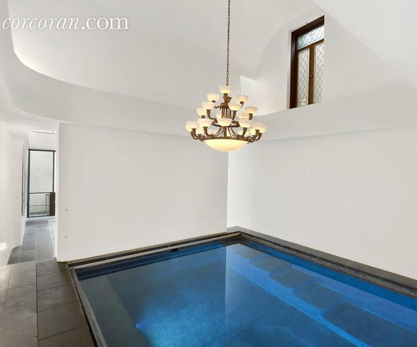 <p>Relax, take a dip (IN YOUR OWN APARTMENT). Seriously, it doesn't get much more luxe than this. </p>